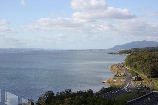 松山フォーゲルパークの展望台、くにびき展望台からの景色写真(宍道湖や道路、鉄道)