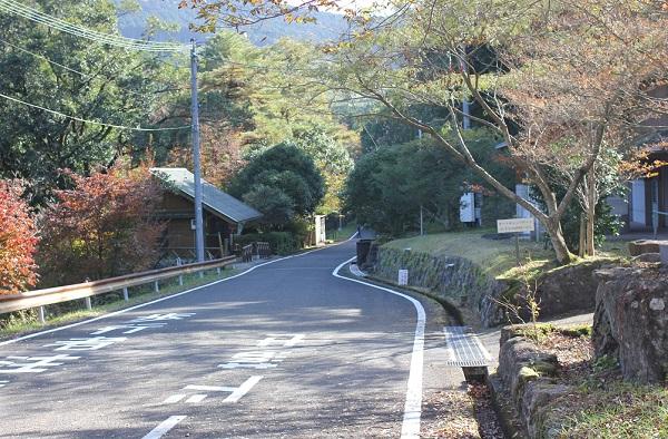 広川原キャンプ場の入り口、春日渓谷へ続く道の写真