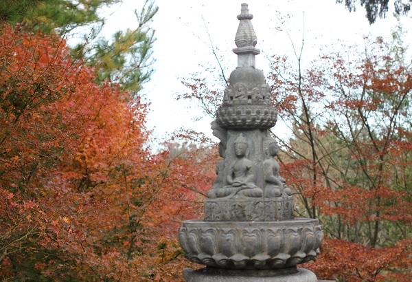 天祐寺奥の院「虚空蔵堂」、石塔とモミジの写真