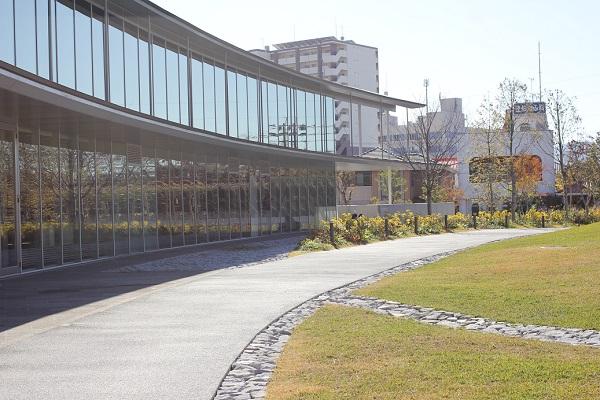 大村 ミライon図書館の外観、ガラス窓と庭の芝生の写真