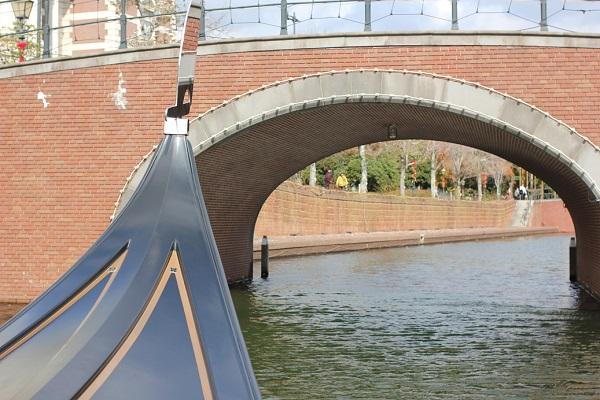ハウステンボスの「ゴンドラ遊覧」、橋の丸いトンネルをくぐる前の写真