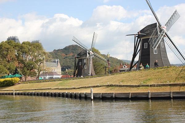 ハウステンボスの「ゴンドラ遊覧」からの景色、フラワーロードの風車の写真