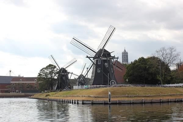 ハウステンボスの「ゴンドラ遊覧」からの景色、フラワーロードと風車の写真