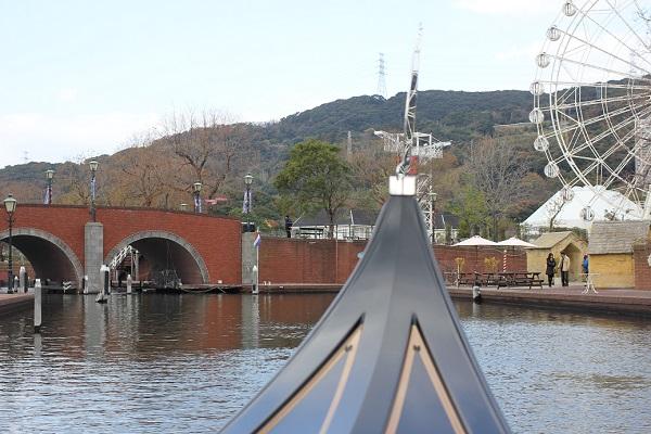 ハウステンボスの「ゴンドラ遊覧」からの景色、白い観覧車や橋の写真