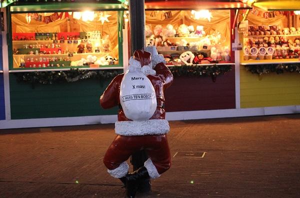 ハウスンボス、クリスマスマーケットをのぞいてるサンタの写真