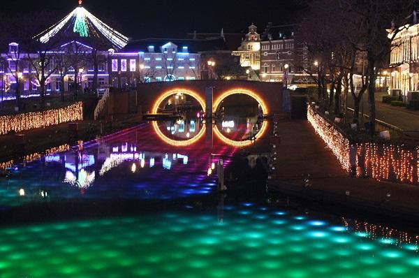 ハウスンボス、ライトアップされてる運河の写真