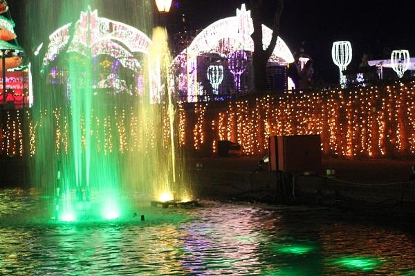 ハウスンボス、カナルクルーザーから見た緑の噴水ショーのようすの写真