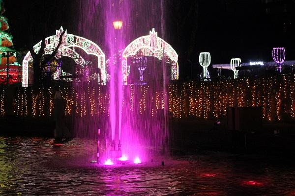 ハウスンボス、カナルクルーザーから見たピンクの噴水ショーのようすの写真