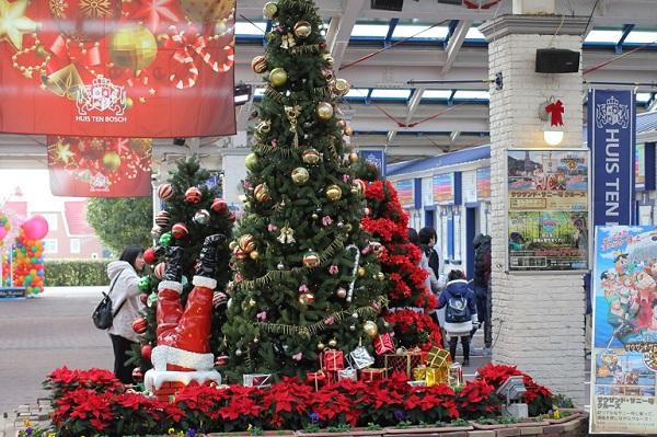 ハウステンボスの入場口にあるクリスマスツリーの写真