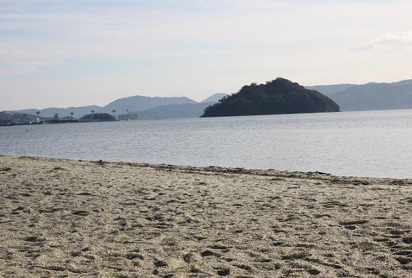 ガラスの砂浜と大村湾の写真