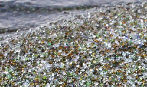 海とガラスの砂浜の写真