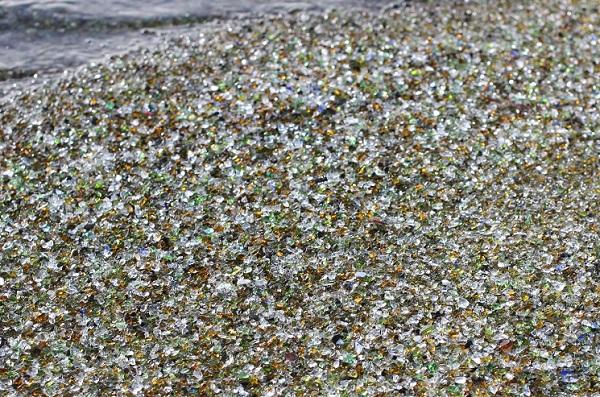 波打ち際、海水とガラスの砂浜の写真(波が去った後)