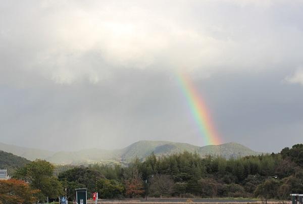 ハウステンボス天然温泉の駐車場からみた虹の写真