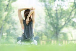 公園でヨガをしている女性の写真