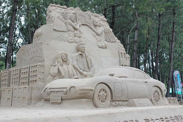 松林を背景とした吹上浜砂の祭典の砂の彫刻の写真
