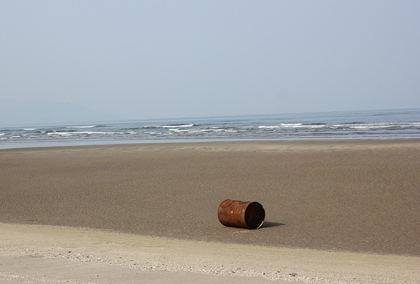 吹上浜海岸、海と砂浜とドラム缶の写真
