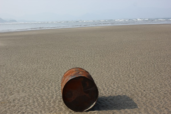 吹上浜海岸にあったドラム缶のアップ写真