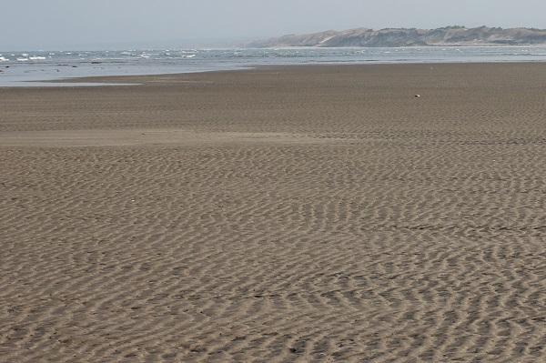 吹上浜海岸の砂浜の写真(波の跡)