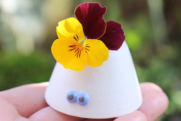 椎猫白魚(しいね しらうお)の可愛い小さな花瓶にビオラを飾った写真
