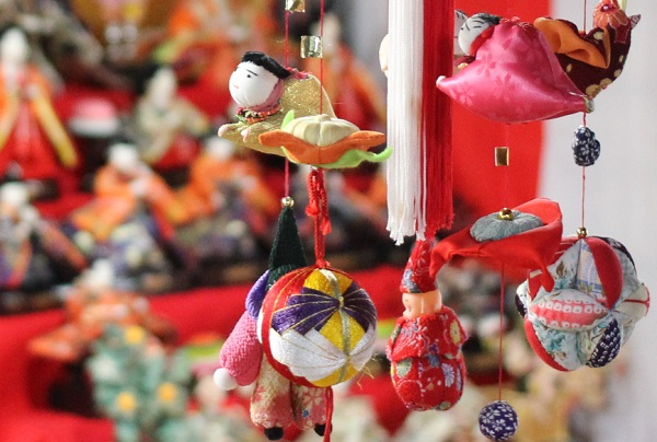 旧松屋旅館の入り口に飾られていたお雛様とつるし飾りの写真