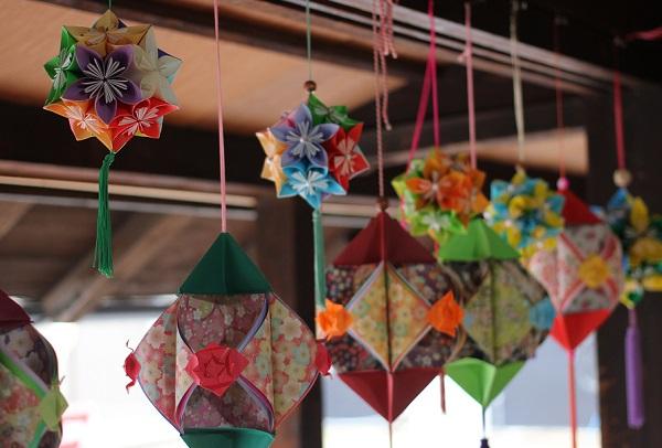 長崎街道松原宿ひな祭り、旧松屋旅館の2階の窓辺に飾られてるくす玉の写真
