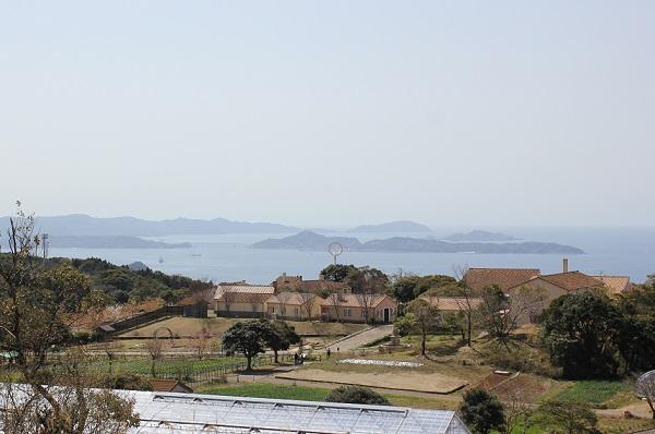 里山へ向かう道から見えるあぐりの丘、海や島の風景写真
