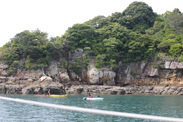 九十九島の海、ヨットから見えたカヤックの様子の写真