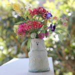 椎猫白魚(しいね しらうお)さんの花瓶と庭の花の写真