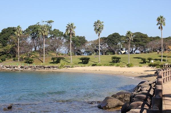 四本堂公園のキャンプ場と海の様子の写真