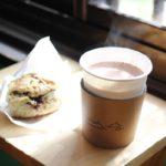 おひるね諸島で注文した「ホット・チリココア」と、「紅茶と「チョコのスコーン」の写真
