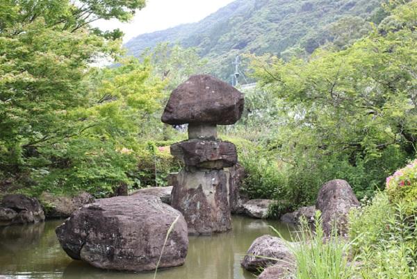 皿山公園、池と石塔の写真