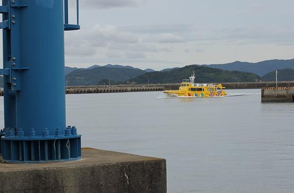 港に向かう、半潜水式グラスボート「シーガル」の写真