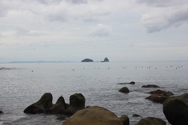 「ぜぜヶ浦」の海岸、海と小島の様子
