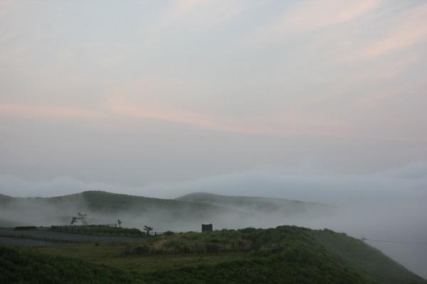 大観峰(だいかんぼう)の朝、霧がかかった様子