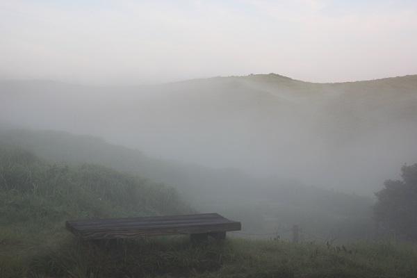 大観峰(だいかんぼう)、ベンチと霧に包まれた山