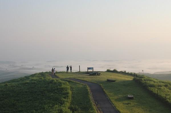 大観峰(だいかんぼう)の展望台と雲海