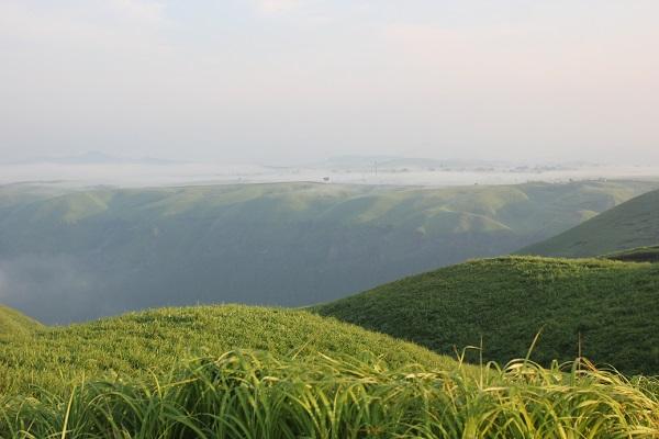 大観峰(だいかんぼう)の朝、雲海の様子