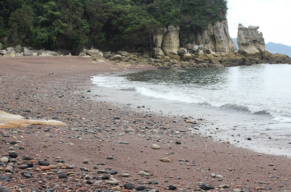 「ぜぜヶ浦」の赤い砂浜の写真